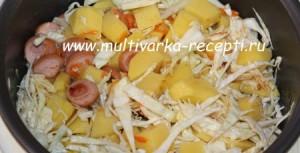 Картошка с капустой и сосисками в мультиварке