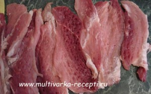 Рулет из свинины в сливочно – грибном соусе в мультиварке