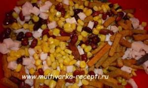 Салат с фасолью, ветчиной и сухариками