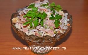 Салат с ветчиной, сухариками и зеленым горошком