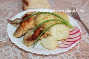 Куриные крылышки, запеченные с картофелем в мультиварке