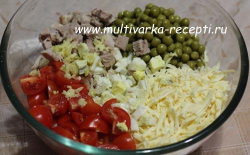 Мясной салат с помидорами черри и сыром