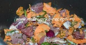 Тушеное мясо с морковью и луком в мультиварке