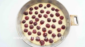 Манный пирог на сметане с вишней