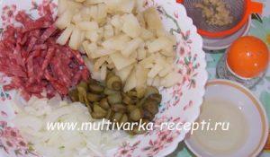 Картофельный салат с колбасой и огурцами