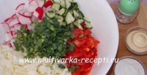 Салат из редиса, капусты, перца и огурцов