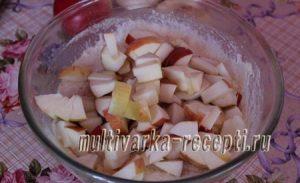 Творожная шарлотка с яблоками в мультиварке