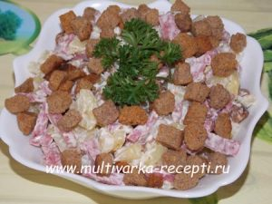 Салат с сухариками и колбасой