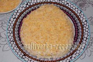 Крабовый салат с капустой, сыром, кукурузой. Оформлен в виде Петушка