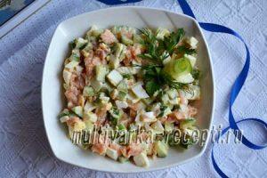 Салат с красной рыбой, огурцом и яйцами рецепт