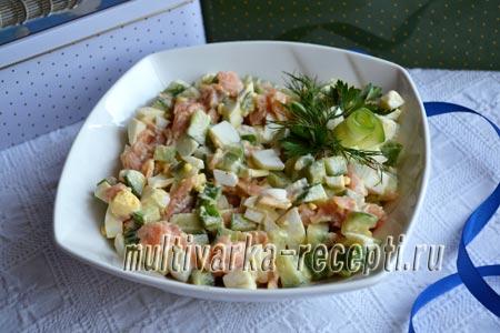 Салат с красной рыбой, огурцом и яйцами