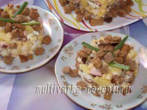 салат с жареной колбасой и сухариками