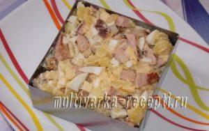 Салат с жареной колбасой