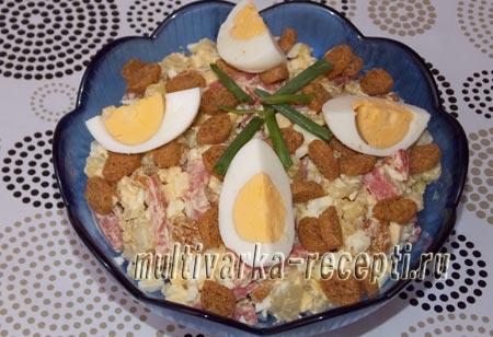 Картофельный салат с колбасой и сухариками рецепт