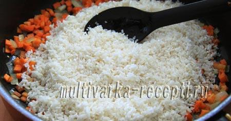 Добавляем тщательно промытый рис.
