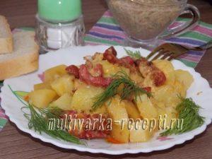 Картошка с колбасой в мультиварке