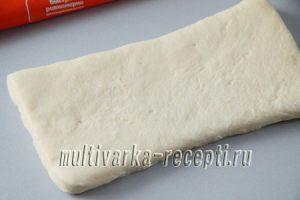 Слоеные спиральки с сыром и колбасой