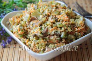 Грибной салат с сыром и маринованными огурцами