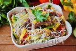 Салат из фунчозы с говядиной, овощами и яичной соломкой