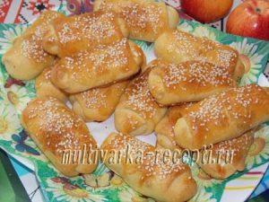 Печеные пирожки из пресного теста с творогом и яблоками