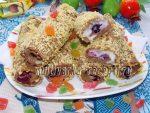 Рулетики из хлеба для тостов с ягодами