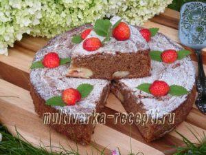 Шоколадный пирог с творожными шариками и клубникой