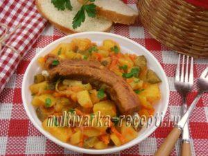 Картофель с копчеными ребрышками и солеными огурцами в мультиварке
